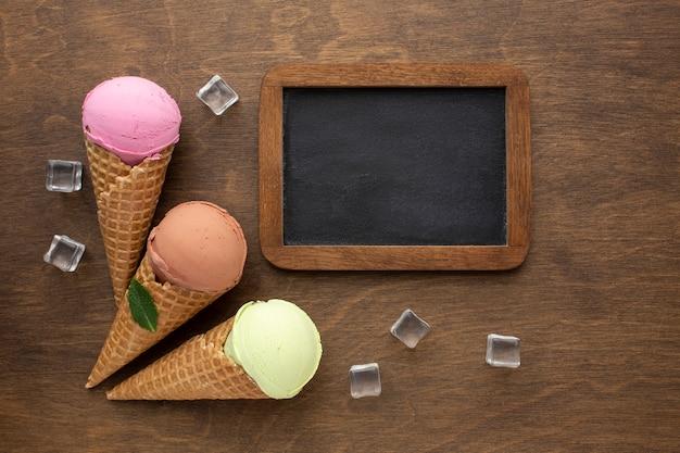 黒板とコーンのフレーバーアイスクリーム