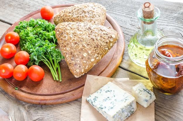 Льняные булочки с голубым сыром и помидорами