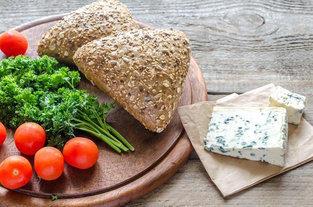 블루 치즈와 토마토를 곁들인 아마씨 빵