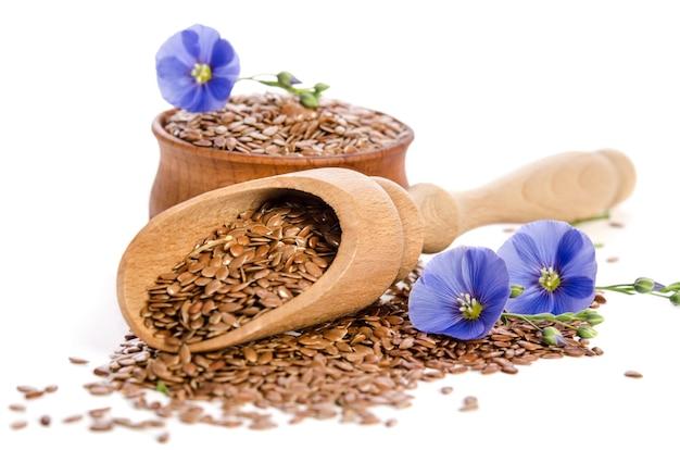Семена льна в деревянном ковше и миске