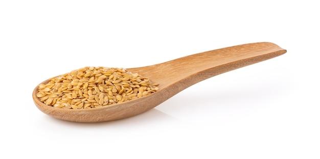 Семена льна в деревянной ложке изолированы