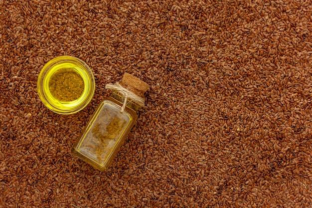 亜麻仁油は小瓶に入っています。リネン抽出物、メディシンジャーへの注入