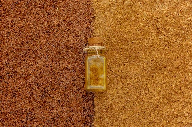 작은 병에 아마씨 기름. 리넨 추출물, 약병에 주입