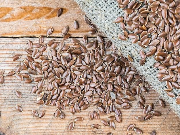 Семена льна на льняной ткани на деревянном столе