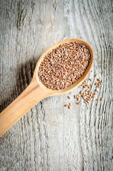Семена льна на деревянной ложке