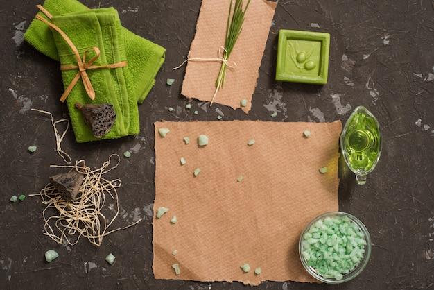 ビンテージグリーンスパの手作り石鹸のある静物。 flay lay、top view。ポストカードクラフト紙