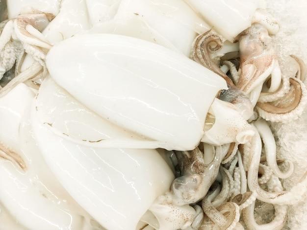 新鮮な市場で販売するための白イカ(flay skin off)の拡大ヒープ。