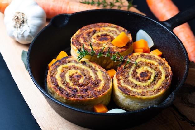 Концепция еды fleischschnackas alsatian, эльзас французское местное мясо, фаршированное пастой из яичного рулета в сковороде на сковороде