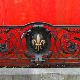 Флер де лис на перилах на золотой площади миле, монреаль, квебек, канада