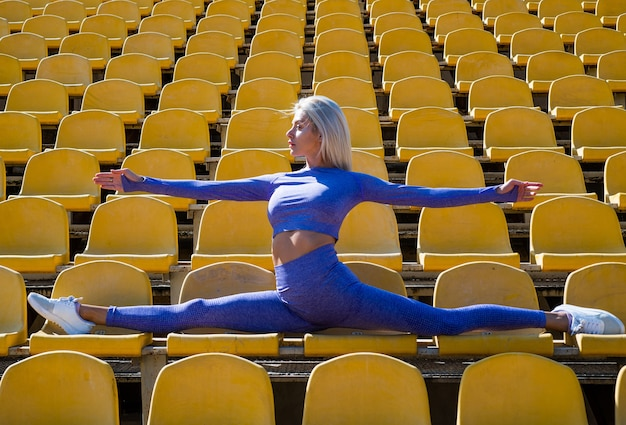 Гибкая спортсменка, растягивающаяся на открытом стадионе в сплите, спорте.