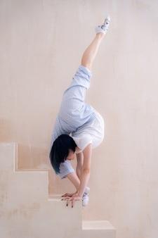 Гибкая девушка делает растяжку в студии концепции мотивации силы воли и здорового образа жизни