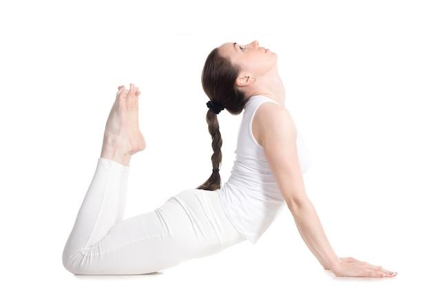 Donna flessibile in sportswear facendo yoga