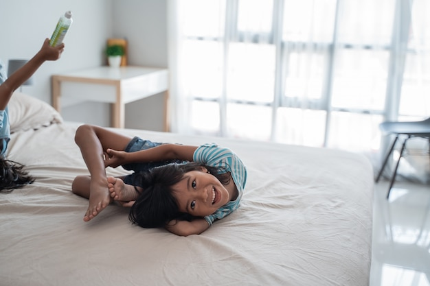 ベッドの上の柔軟な若い女の子