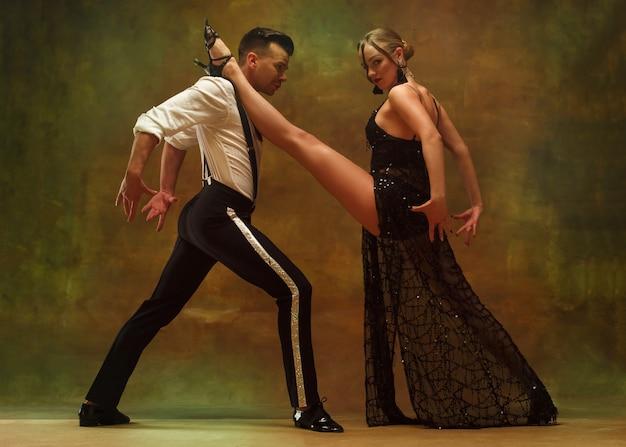 유연한 젊은 현대 부부 스튜디오에서 탱고 춤 매력적인 춤 부부의 패션 초상화