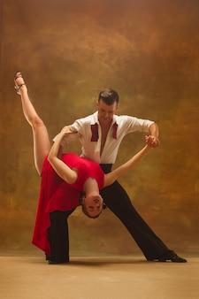 유연한 젊은 현대 커플 스튜디오에서 탱고 춤 매력적인 춤의 패션 초상화