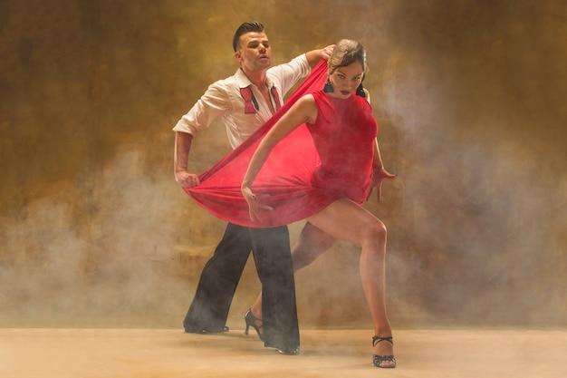 유연한 젊은 현대 커플 스튜디오에서 탱고 춤 매력적인 패션 초상화
