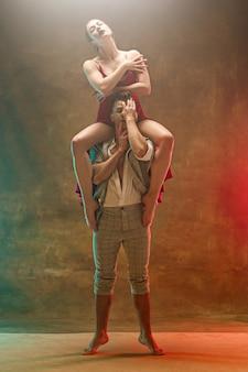 Гибкая молодая пара современного танца