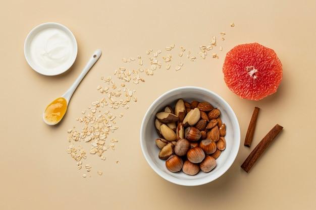 フルーツアレンジメントフラットレイによる準菜食主義の食事