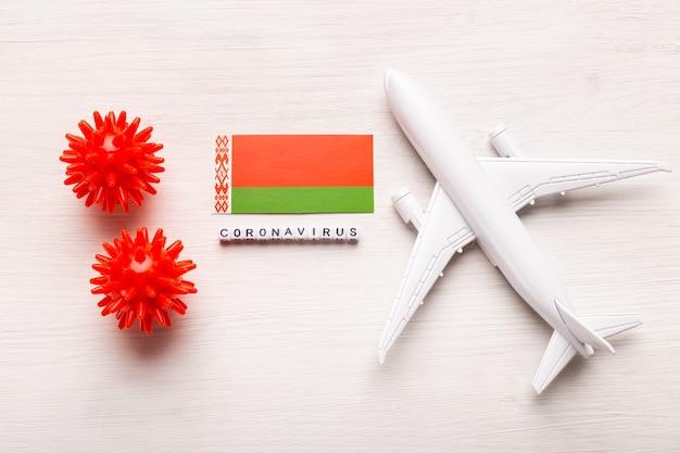코로나 19 코로나 바이러스에 걸린 관광객과 여행자를위한 비행 금지 및 국경 폐쇄. 비행기와 흰색에 벨로루시의 국기