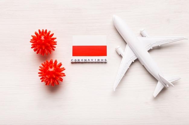 Запрет на полеты и закрытые границы для туристов и путешественников с коронавирусом ковид-19. самолет и флаг польши на белом фоне. коронавирус пандемия.
