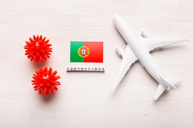 コロナウイルスcovid-19による旅行者と旅行者のための飛行禁止と国境の閉鎖。飛行機と白い背景の上のポルトガルの旗。コロナウイルスパンデミック。