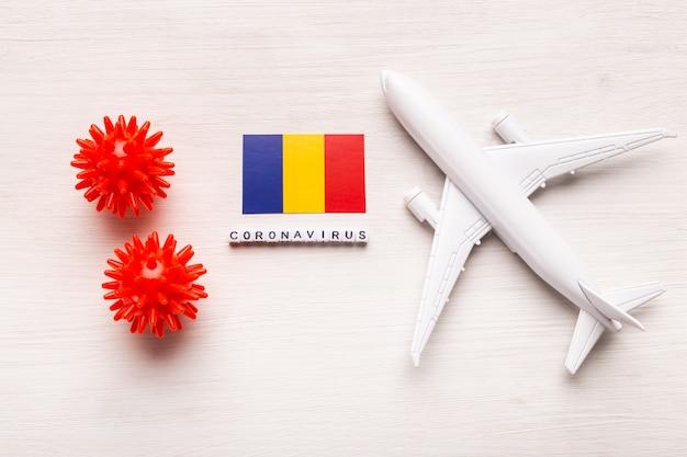 コロナウイルスcovid-19による旅行者と旅行者のための飛行禁止と国境の閉鎖。飛行機と白い背景の上のルーマニアの旗。コロナウイルスパンデミック。