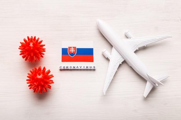 コロナウイルスcovid-19による旅行者と旅行者のための飛行禁止と国境の閉鎖。飛行機と白い背景のスロバキアの旗。コロナウイルスパンデミック。