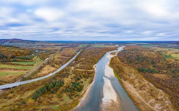 가을 산 강 비행