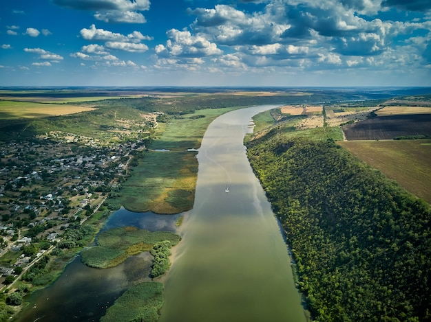Перелет через величественную реку днестр, пышный зеленый лес и деревню. молдова, европа.