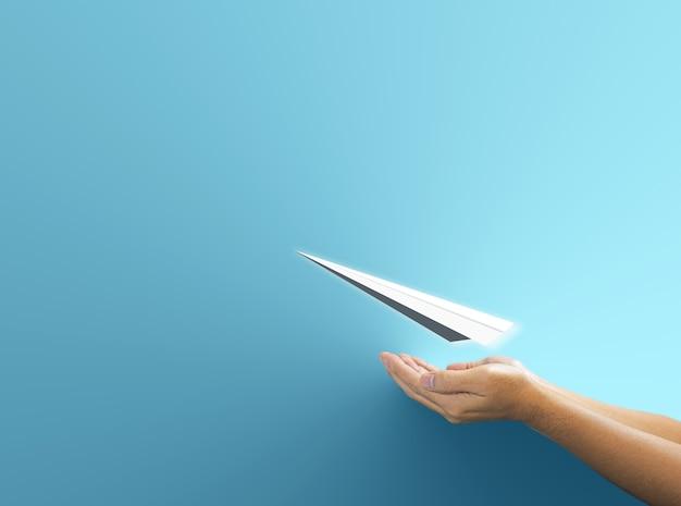 파란색 배경 위에 비행 보험 개념