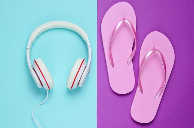 컬러 배경에 플립 플롭 및 헤드폰. 여름철 휴식. 여름 방학. 아름다움과 패션. 평면도. 플랫 레이