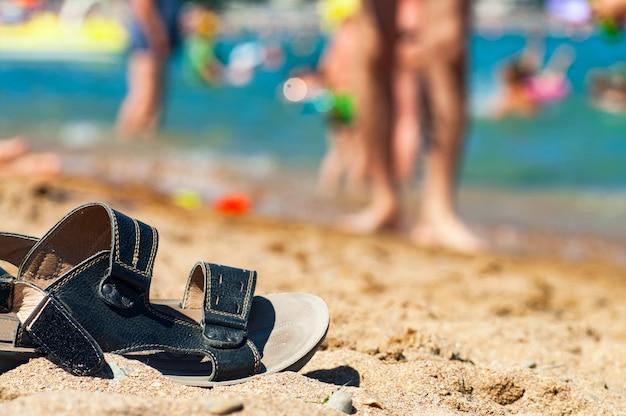 ビーチの砂浜でフリップフロップ。
