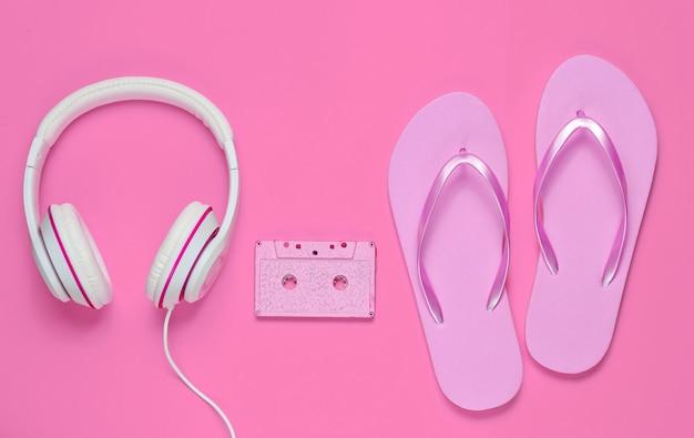 분홍색 배경에 헤드폰 및 오디오 카세트와 플립 플롭