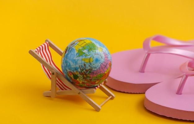 플립플롭과 글로브가 있는 미니 비치 데크 체어. 해변 휴가 리조트의 상징 휴식 여름 최소한의 개념