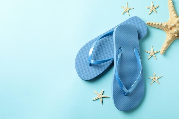 Вьетнамки и морские звезды на синем фоне