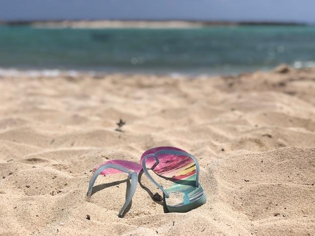 ビーチの砂の上のビーチサンダル