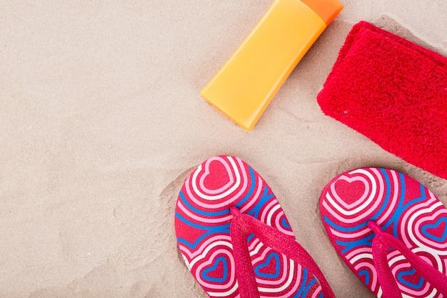 Flipflops, солнцезащитный крем, полотенце на песчаный пляж