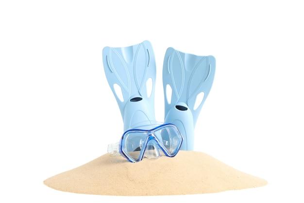 白い背景で隔離の砂の山のフリッパーとダイビングマスク