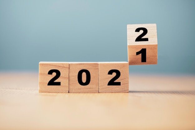 2021 년부터 2022 년까지 변화를위한 나무 큐브 블록 뒤집기