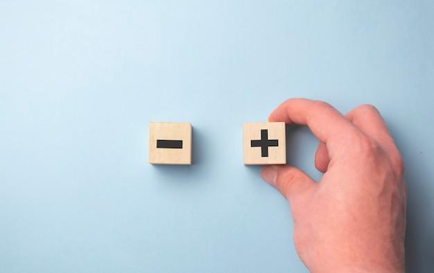 Переверните деревянный кубик, чтобы изменить знак минуса на знак плюса на синем