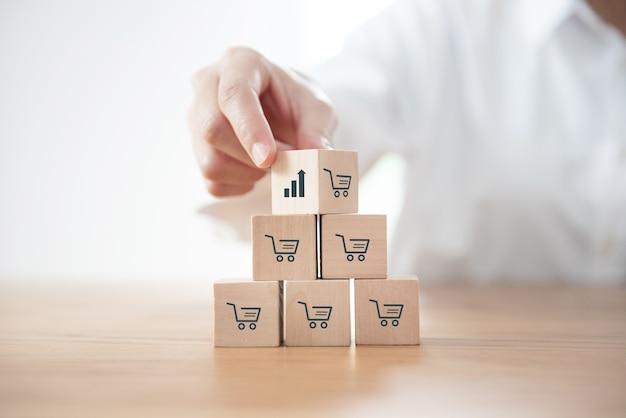 Переворачивает куб с графиком роста значка и символом корзины покупок.