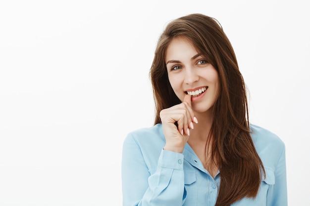 Flirty affascinante brunetta imprenditrice posa in studio