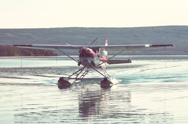 アラスカの湖のフロート水上機