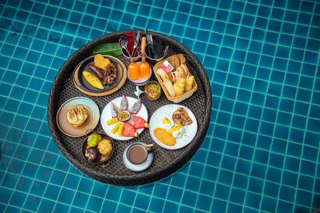 Плавучий завтрак, большой прочный поднос в бассейне, полноценный утренний обед с горячими напитками, теплым хлебом и приправами