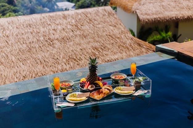 Colazione galleggiante nella splendida villa dell'hotel nella piscina blu