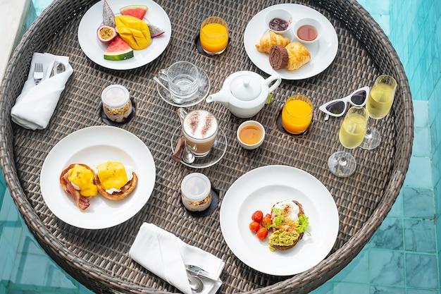 高級ホテルまたはトロピカルリゾートヴィラのスイミングプールのフローティング朝食トレイ