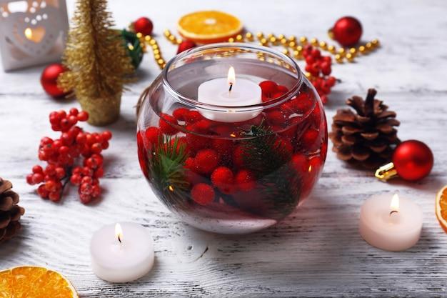 水とクリスマスの装飾に浮かぶキャンドル