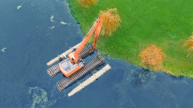 Плавучий экскаватор для очистки водоемов