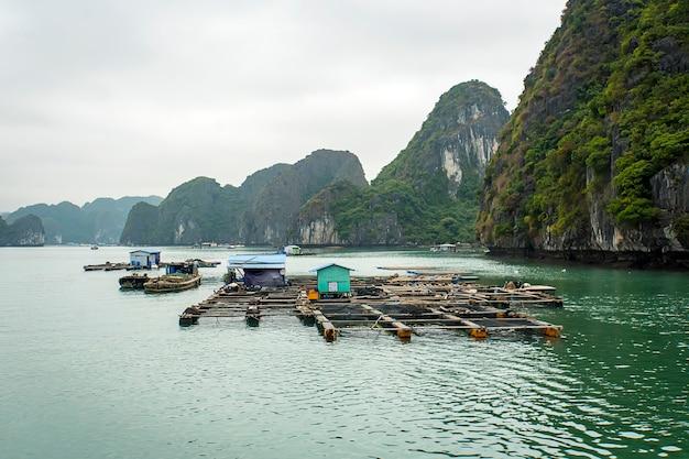 ハロン湾ベトナムの水上養魚場。海での魚介類の生産。