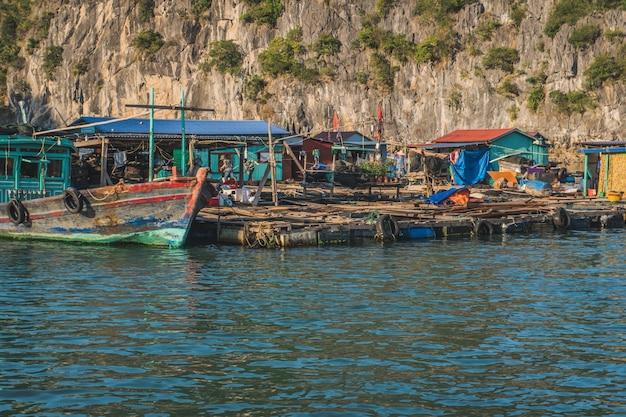 ハロン湾の水上漁村キャットバ島ベトナムアジア